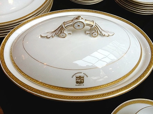 A porcelaine plate and bowl with the Alberta crest on the front.